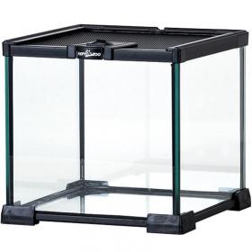 <b>Repti-Zoo Terrarium AK 21x21x20</b><br /><br />&lt;p&gt;Terrarium serii AK to proste w budowie o obsłudze terrarium szklane. Jest całkowicie wodoszczelne, a jego największa zaletą jest wykonana z stali górna siatka wentylacyjna. Siatka zapewnia odpowiednią cyrkulację powietrza oraz umożliwia zamontowanie oświetlenia grzewczego na terrarium. Górna siatka posiada szczelnie zamykany otwór przeznaczony do karmienia oraz jest w całości wysuwana.&lt;/p&gt;